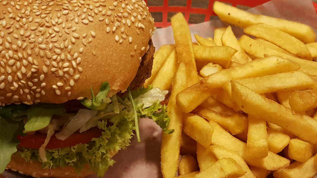 Hot Stuff Burger mit Pommes