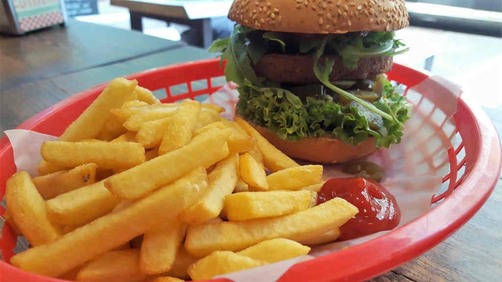 Hot Stuff vegan mit Pommes und Ketchup - Burger Special Berlin