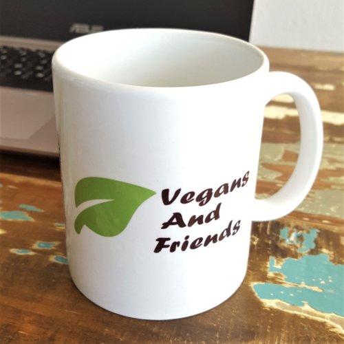 Vegans And Friends Tasse vor Laptop