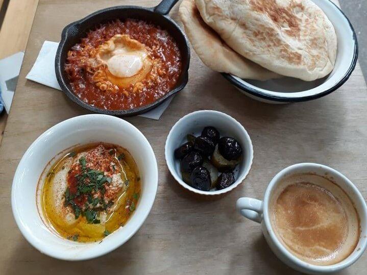 Tel Aviv Brunch. Gedeckter Tisch.