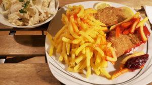 Cafe Erde Schnitzel mit Pommes
