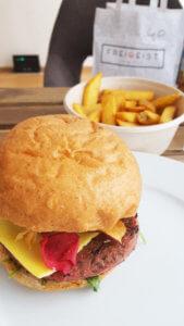 Freigeist Vegan Glory Burger mit Pommes
