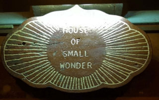 House of Small Wonder Schild