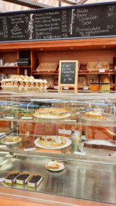 Kuchenvitrine, Brotregal und Preistafel Grünes Café