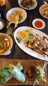 Saigon Cuisine Tisch mit verschiedenen Kleinigkeiten