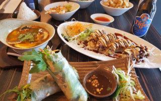 Saigon Cuisine Tisch mit verschiedenen Gerichten - Kleinigkeiten