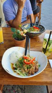 Saigon Cuisine draussen - zwei Hauptspeisen